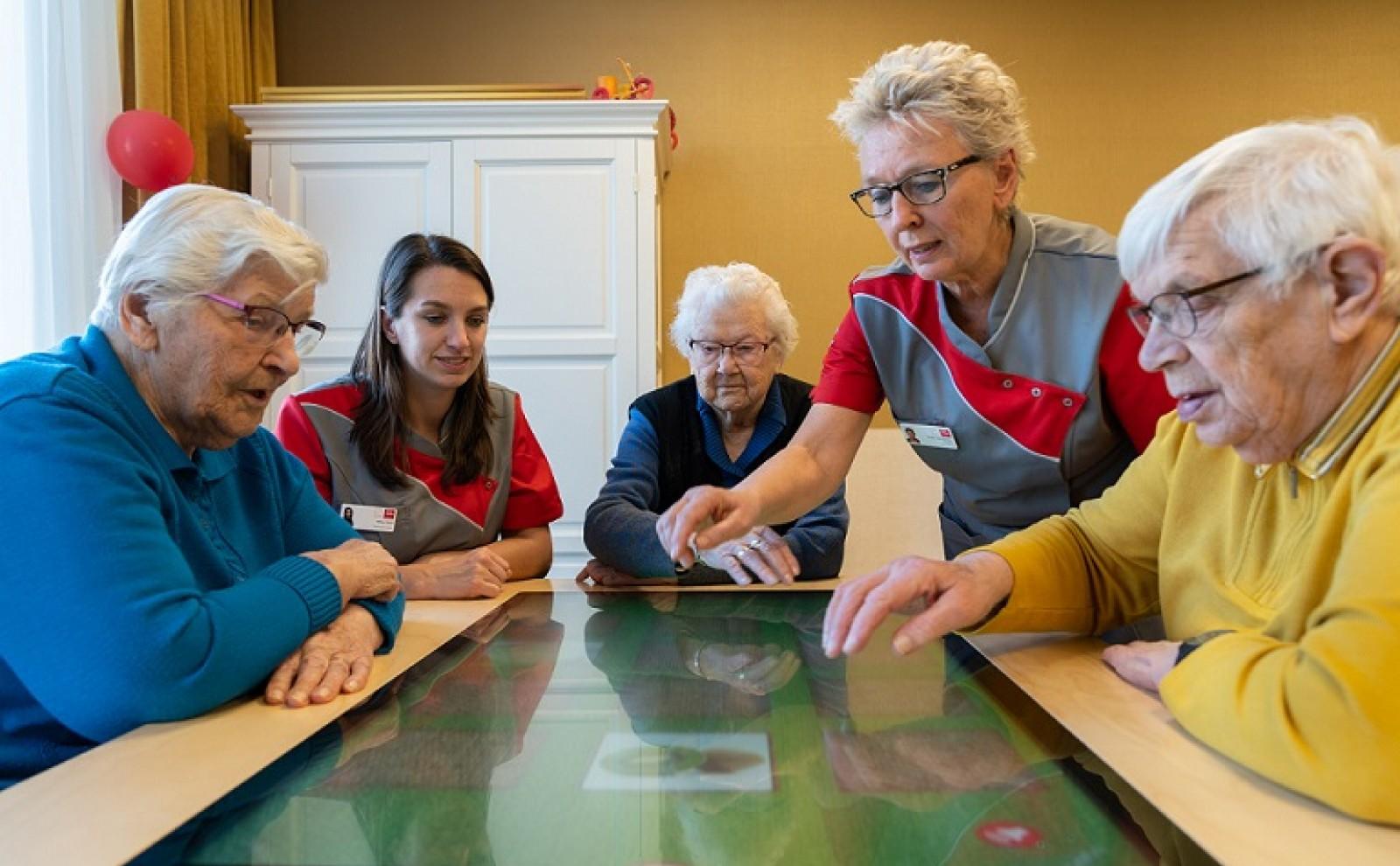 ouderen spelen met belevenistafel
